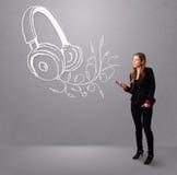 Ung kvinna som sjunger och lyssnar till musik med abstrakt headpho Fotografering för Bildbyråer