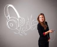 Ung kvinna som sjunger och lyssnar till musik med abstrakt headpho Royaltyfria Foton