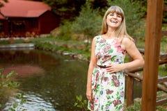 Ung kvinna som skrattar på sjön Royaltyfria Foton