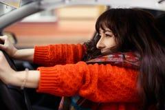 Ung kvinna som skriker i bilen Royaltyfria Bilder