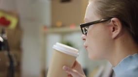 Ung kvinna som skriver en kod på bärbara datorn stock video