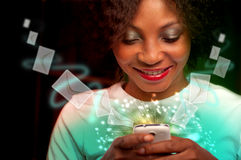 Ung kvinna som smsar på mobiltelefonen Fotografering för Bildbyråer