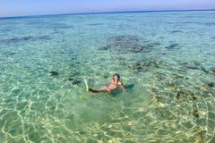 Ung kvinna som snorklar i havet Royaltyfri Fotografi