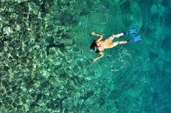 Ung kvinna som snorklar i tropiskt vatten Royaltyfria Foton