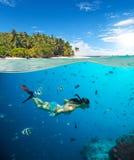 Ung kvinna som snorkling på den tropiska stranden royaltyfri bild
