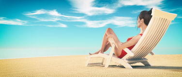 Ung kvinna som solbadar på dagdrivare Royaltyfri Bild