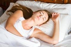 Ung kvinna som sovar i underlaget Arkivbilder