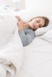 Ung kvinna som sover i sovrummet arkivbilder