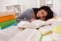 Ung kvinna som sover, medan studera Royaltyfri Fotografi