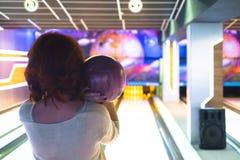 Ung kvinna som spelar bowling fotografering för bildbyråer