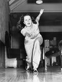 Ung kvinna som spelar bowling (alla visade personer inte är längre uppehälle, och inget gods finns Leverantörgarantier att det sk Royaltyfri Foto