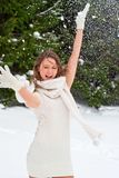 Ung kvinna som spelar med snö Royaltyfri Foto