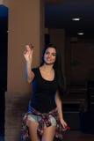 Ung kvinna som spelar pilar Fotografering för Bildbyråer