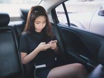 Ung kvinna som spelar telefonen Royaltyfri Fotografi