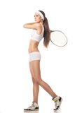 Ung kvinna som spelar tennis som isoleras på vit Arkivbilder
