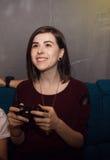 Ung kvinna som spelar videospel arkivbilder