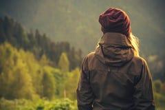 Ung kvinna som står ensamt utomhus- arkivfoto