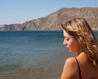 Ung kvinna som står nära havet Royaltyfri Foto