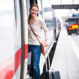 Ung kvinna som stiger ombord ett drev Fotografering för Bildbyråer
