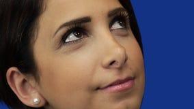 Ung kvinna som stirrar upp på himmel, bakgrund för blå skärm lager videofilmer