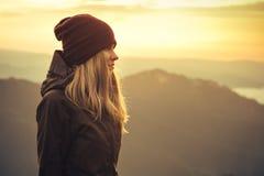 Ung kvinna som står ensamt utomhus- Royaltyfri Bild