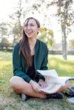 Ung kvinna som studerar hennes läxa Royaltyfri Fotografi