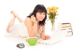 Ung kvinna som surfar internet Royaltyfri Foto