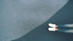 Ung kvinna som svänger på en gunga en hängmatta på lekplatsen i staden Top beskådar långsam rörelse arkivfilmer