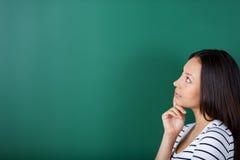 Ung kvinna som tänker om något Royaltyfria Bilder