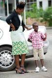 Ung kvinna som talar med hennes son utanför fotografering för bildbyråer