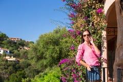 Ung kvinna som talar med hennes telefon Arkivbilder