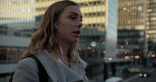 Ung kvinna som talar på telefonen i Stockholm affärsområde stock video