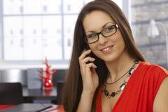 Ung kvinna som talar på mobil Royaltyfri Fotografi