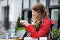 Ung kvinna som tar det mobila fotoet av hennes kopp kaffe Royaltyfria Foton