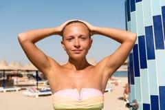 Ung kvinna som tar duschen Arkivbild