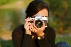 Ung kvinna som tar en bild Royaltyfria Foton