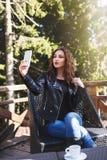 Ung kvinna som tar en selfie Royaltyfri Bild