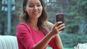 Ung kvinna som tar en selfie i coffee shop Royaltyfri Foto