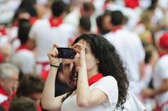 Ung kvinna som tar ett foto Royaltyfria Bilder