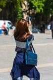Ung kvinna som tar ett foto Royaltyfri Fotografi