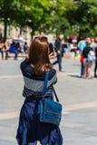 Ung kvinna som tar ett foto Arkivbild