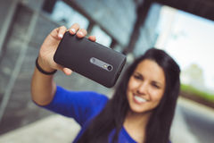 Ung kvinna som tar ett selfiesjälvporträttfotografi Arkivbild
