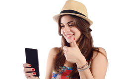 Ung kvinna som tar selfie med smartphonen Fotografering för Bildbyråer
