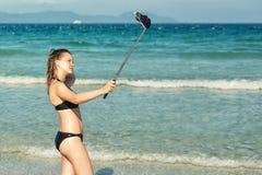 Ung kvinna som tar selfie med smartphonen arkivbilder