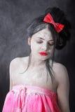 Ung kvinna som täckas med ett vitt pulver Royaltyfri Fotografi