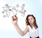 Ung kvinna som tecknar en social översikt på whiteboard arkivfoton