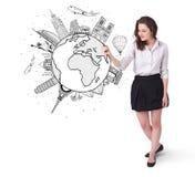 Ung kvinna som tecknar ett jordklot på whiteboard arkivfoton