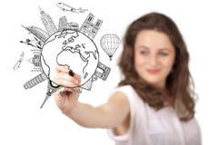 Ung kvinna som tecknar ett jordklot på whiteboard fotografering för bildbyråer