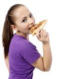 Ung kvinna som äter pizza Royaltyfri Foto