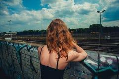 Ung kvinna som trainspotting fotografering för bildbyråer